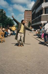 Viktor Kaisiëpo-voor-gebouw-BZ-jun-1990-gelegenheid